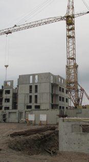 Идет монтаж ж/б панелей четвертого этажа первого корпуса.