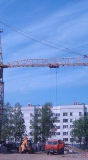 На строительной площадке устанавливается башенный кран.