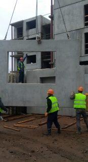 Идет подъем ж/б изделий для монтажа стен 5-го этажа корпуса №1.