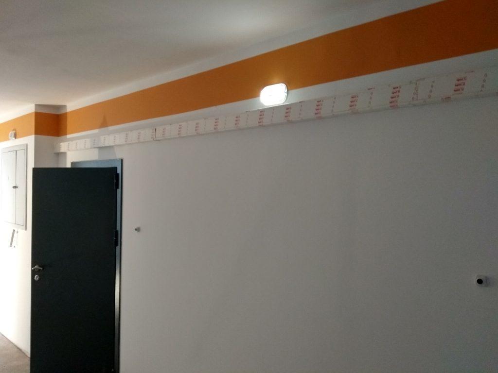 В местах общего пользования сделано светодиодное освещение, которое загорается по звуку