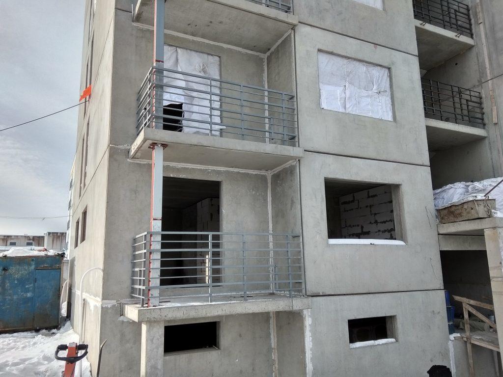 В третьем корпусе идет монтаж ограждений балконов